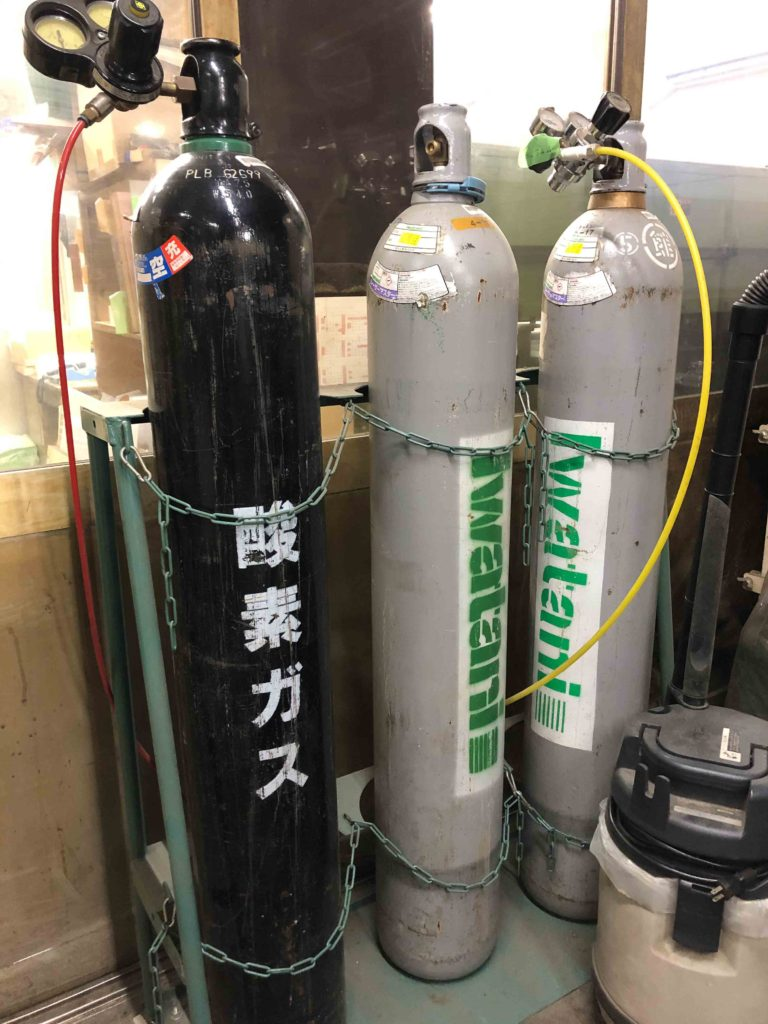 CO2レーザー用のガスボンベ